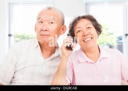 Felice di anziani giovane parlando al telefono