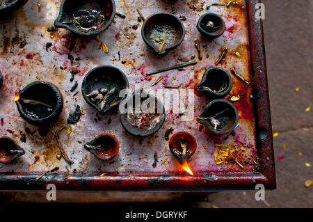 Lampade a olio in un tempio indiano Foto Stock