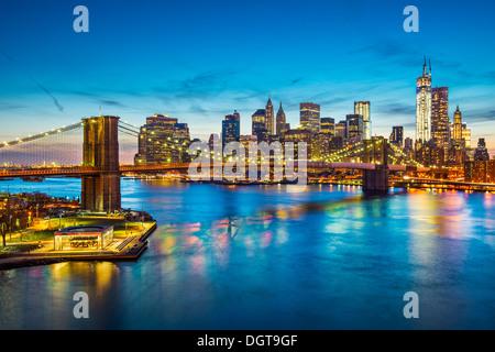 Famosa vista della città di New York su East River verso il quartiere finanziario nel distretto di Manhattan. Foto Stock