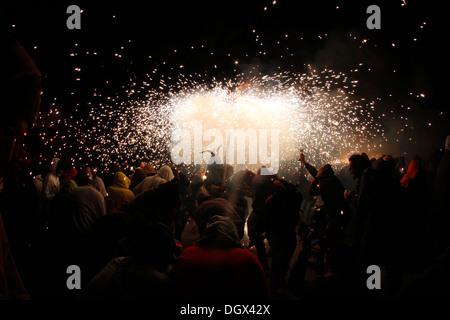 La gente ballare circondato da fuoco e fuochi d'artificio durante un incendio tradizionali eseguire nell'isola di Foto Stock