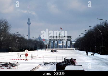 La Porta di Brandeburgo con il muro di Berlino nella neve, Berlino Foto Stock