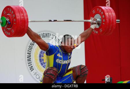 Wroclaw, Polonia. 27 ott 2013. Jorge David Arroyo Valdez (ECU) durante uomini 105 KG gruppo finale a 2013 IWF pesi Foto Stock