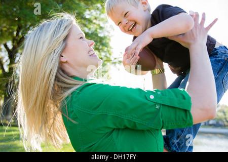 La donna caucasica giocando con il figlio