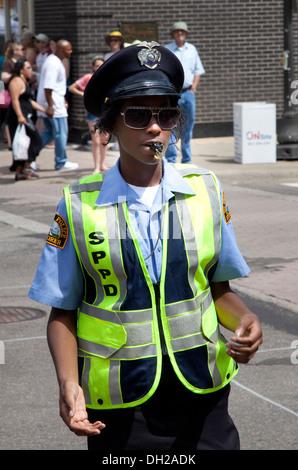 Nero donna di polizia con calma dirigere traffico. Grand Old Day Festival St Paul Minnesota MN USA Foto Stock