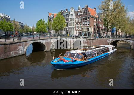Paesi Bassi, Amsterdam, attraversamento di canali chiamati Keizersgracht e Leidsegracht. UNESCO - Sito Patrimonio dell'umanità. Viaggio di andata e ritorno in battello. Canal o tour in barca.