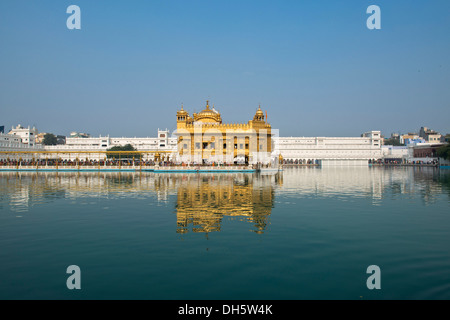 Hari Mandir o Tempio d'Oro, nel lago sacro di Amrit Sagar, il principale santuario della religione Sikh comunità Foto Stock