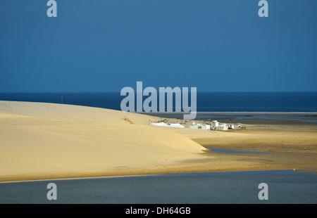Tenda beduina, dune di sabbia, mare interno, miracolo nel deserto del Qatar, Khor Al Udeid Beach, auch Khor El Deid, Foto Stock