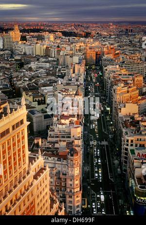 La Gran Via e Espana edificio al crepuscolo, Madrid, Spagna, Europa Foto Stock