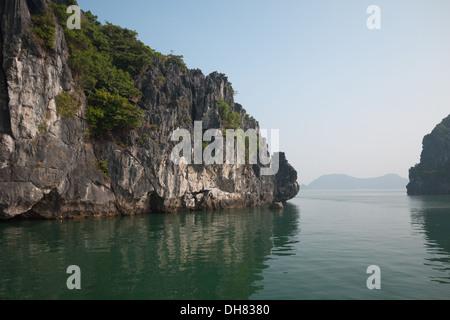 Calcaree spettacolari formazioni carsiche in Lan Ha Bay, la baia di Ha Long, Vietnam. Foto Stock