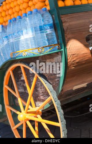 Il carrello di un succo di arancia venditore in Piazza Jemaa El Fna a Marrakech, Marocco, Africa Settentrionale, Foto Stock