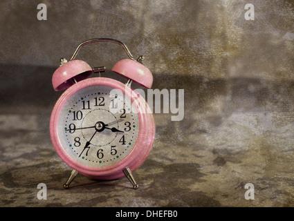 Rosa retrò orologio sveglia con sfondo vintage Foto Stock