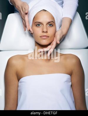Giovane donna avente il trattamento del viso Foto Stock