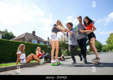 Un gruppo di giovani adulti avendo divertimento sullo skateboard Foto Stock