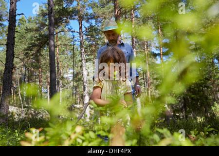 Padre e figlia camminare attraverso la foresta