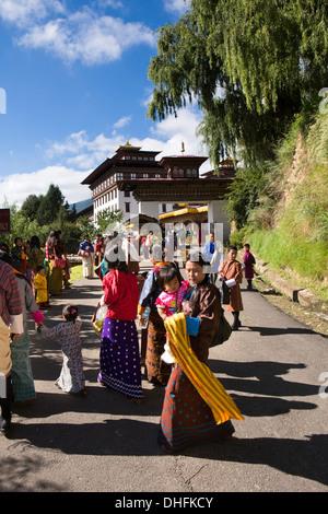 Il Bhutan, Thimpu Dzong, Tsechu annuale, i frequentatori del festival si avvicina Dzong festival Ground Foto Stock