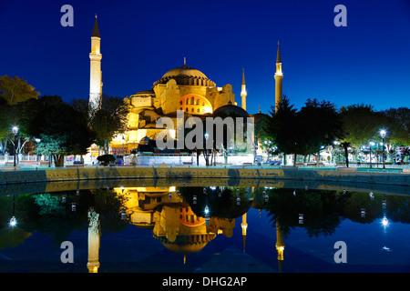 Hagia Sophia si riflette nella piscina, Istanbul, Turchia Foto Stock