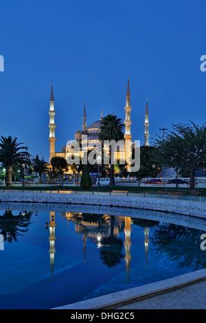 La moschea blu riflessa sulla piscina, Istanbul, Turchia Foto Stock