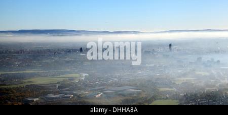 Vista aerea della città di Manchester nella nebbia Foto Stock