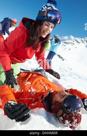 Amici a giocare nella neve, Kuhtai, Austria Foto Stock