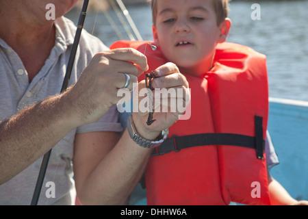 Padre e figlio sul viaggio di pesca Foto Stock