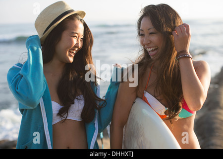 Due amiche con la tavola da surf, San Diego, California, Stati Uniti d'America Foto Stock