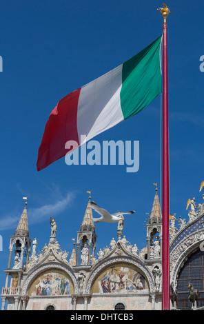 La Basilica di San Marco a Venezia, Italia che mostra la raffinata architettura esterna e dipinti Foto Stock