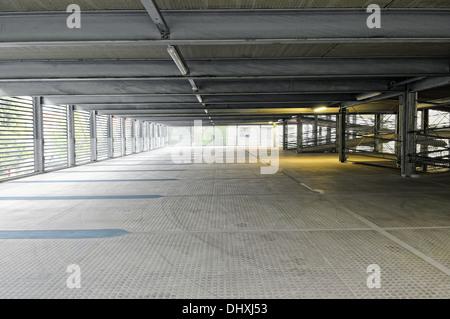 Spazi di parcheggio nel garage del parcheggio Foto Stock