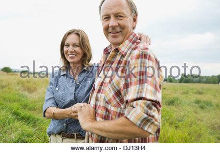 Affettuosa coppia senior in piedi in campo Foto Stock