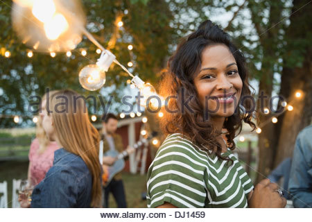Ritratto di donna sorridente al party all'aperto Foto Stock
