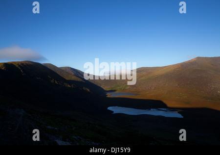 Laghi sotto il Conor Pass con Brandon Mountain, penisola di Dingle, nella contea di Kerry, Irlanda Foto Stock