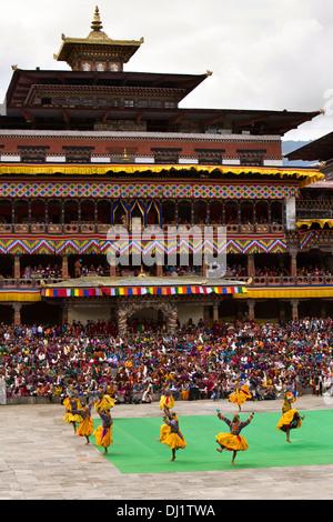 Il Bhutan, Thimpu Dzong, Tsechu annuale, ballerini eseguono nella parte anteriore del monastero Foto Stock