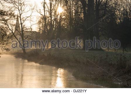 La nebbia sorge sul fiume Lambourn come essa passa attraverso i motivi di Welford Park, Newbury, Berks, Regno Unito Foto Stock