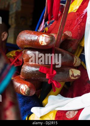Il Bhutan, Thimpu Dzong, Tsechu annuale, mani di Shinje Chhogyel il signore della morte carattere Foto Stock