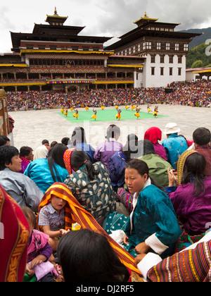 Il Bhutan, Thimpu Dzong, Tsechu annuale, udienza intorno al festival Ground Foto Stock