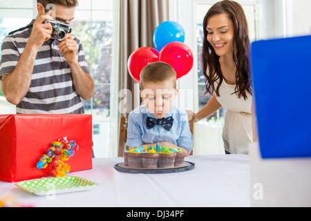 Famiglia figlio festeggia il compleanno a casa Foto Stock