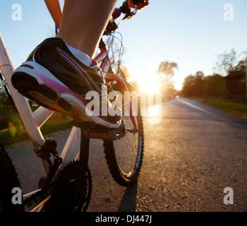 Il piede sul pedale della bicicletta Foto Stock