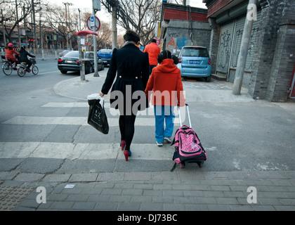 Madre e figlia a camminare su una strada a Shanghai in Cina Foto Stock