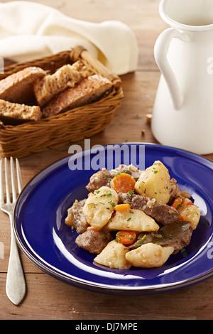 Spezzatino di manzo con verdure su un piatto di portata Foto Stock