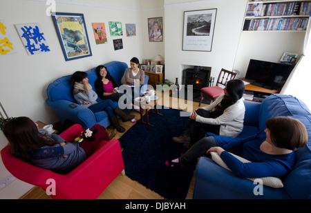 Il gruppo di donne gustando un caffè la mattina a casa Foto Stock