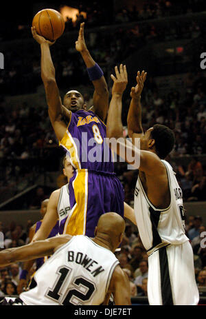 Maggio 13, 2004; San Antonio, TX, Stati Uniti d'America; Lakers KOBE BRYANT spara oltre la difesa di speroni RASHO NESTEROVIC, indietro, BRUCE BOWEN (12) e ROBERT HORRY, proprio durante il primo trimestre del gioco 5 di speroni contro i Los Angeles Lakers nella Western Conference semifinali a SBC Center di San Antonio. Punteggio finale Lakers 74 , 73 spinge in una serie 3-2 portano dopo Derek Fisher swished un 1 Foto Stock