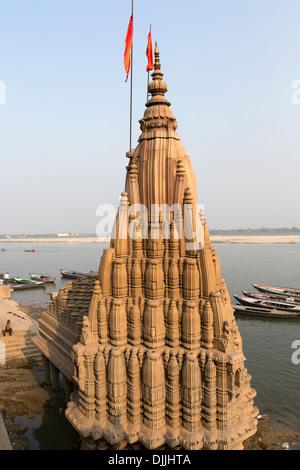 Tempio dedicato al dio Shiva nei pressi del fiume Gange a Varanasi. Foto Stock