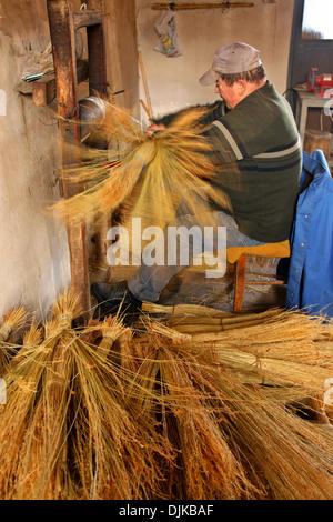 Signor Kostas Zarifis, uno degli ultimi scopa tradizionale makers nella sua officina, a Nea Vyssa, di Evros, di Foto Stock