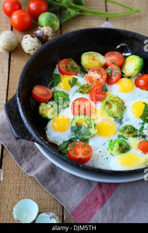 Frittura di uova di quaglia e verdure, primo piano Foto Stock