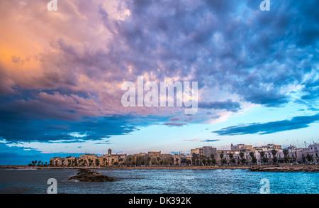 Nuvoloso paesaggio nel corso di Mola di Bari, Sud Italia Foto Stock