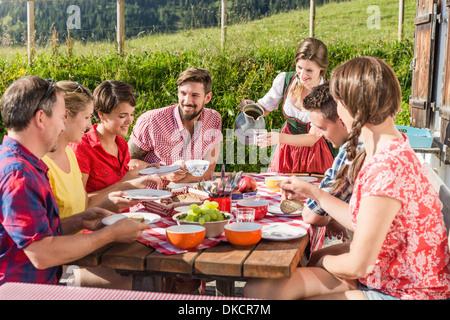 Gruppo di amici gustando la prima colazione, Tirolo, Austria Foto Stock