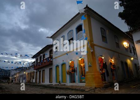 Il Brasile, Paraty: ben arredata e illuminata del centro storico di festa durante la Nossa Senhora do Rosario e Foto Stock