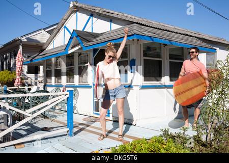 Matura sul patio con tavole da surf, Breezy Point, Queens, a New York, Stati Uniti d'America Foto Stock