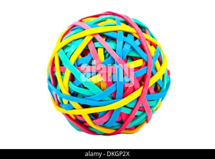 Una sfera costituita da gomma/fasce elastiche su uno sfondo bianco. Foto Stock