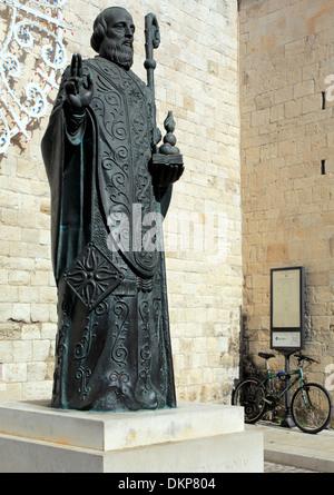 Statua di San Nicola vicino al Basilica di San Nicola (Basilica di San Nicola), bari, puglia, Italia Foto Stock