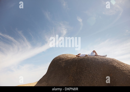 L'uomo rilassante sulla formazione di roccia Foto Stock